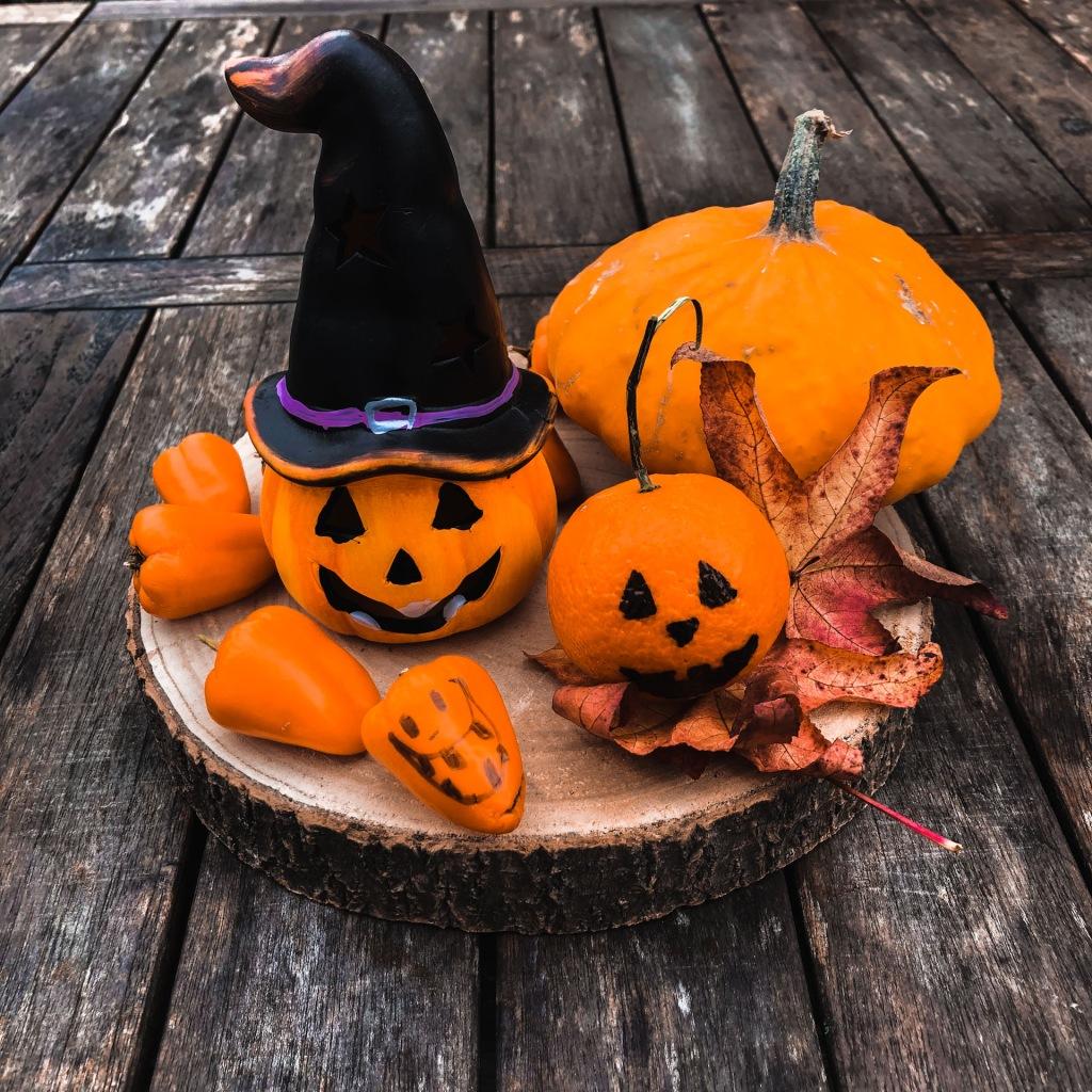 Décoration d'Halloween avec mandarines, poivrons